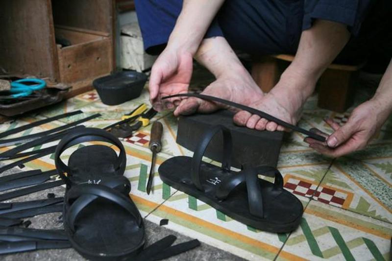 Bài văn thuyết minh về đôi dép lốp thời kháng chiến số 3
