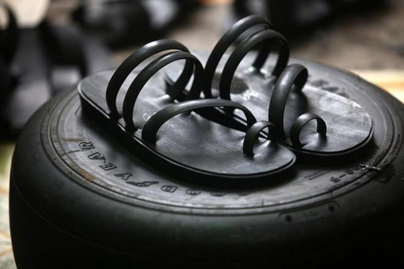 Bài văn thuyết minh về đôi dép lốp thời kháng chiến số 8