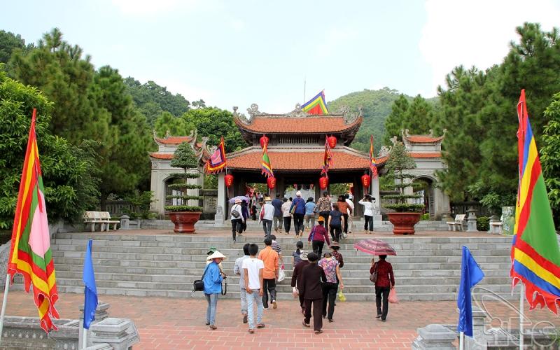 Thăm đền thờ Nguyễn Trãi và danh thắng Côn Sơn