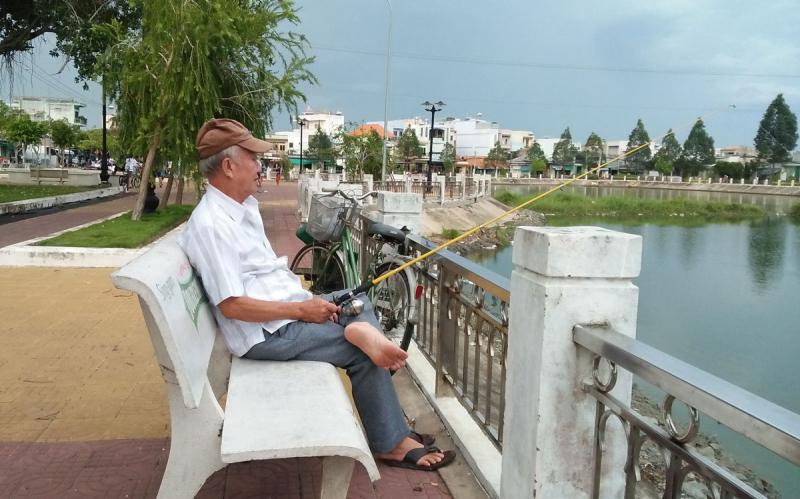 Dàn ý bài văn: Tả cụ già đang ngồi câu cá (bài 6)