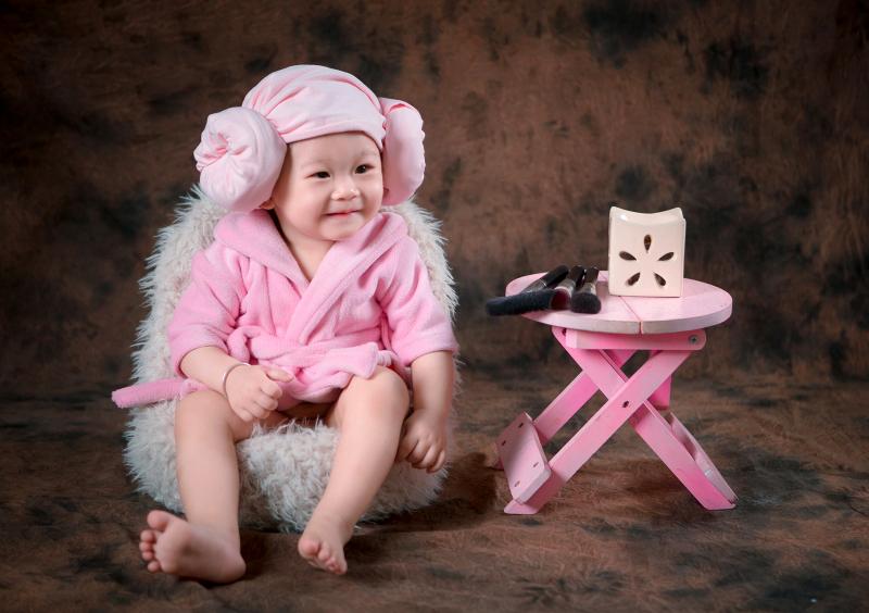 Dàn ý bài văn: Tả em bé đang tuổi tập nói tập đi (em bé gái)